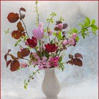 Букет из весенних цветов в белой вазе :: Ольга Дядченко