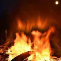 одинокая луна светила сквозь дым огня :: Алексей -
