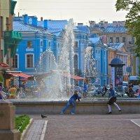 В теплый вечер у фонтана... :: Игорь