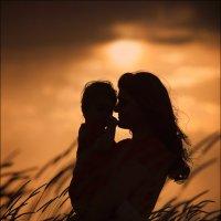 Только мама носит тебя 9 месяцев в животике, 3 года на руках и всю жизнь в своём сердце… :) :: Алексей Латыш