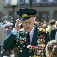 Цветы для ветерана :: Алексей Окунеев