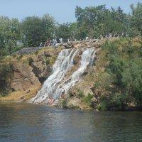Водопад  на набережной :: Полина Бородина