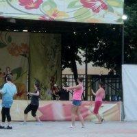 Танец Зумба для всех желающих по средам с 20.00 до 21.00 :: Ольга Кривых
