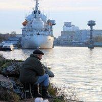 Городской рыбак :: Андрей Николаевич Незнанов