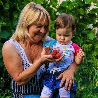 Бабушка с внучкой собирают клубничку :) :: Анжелика Засядько