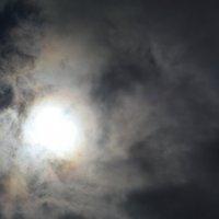 Солнце сквозь хмурое небо :: Аксана Чертихина