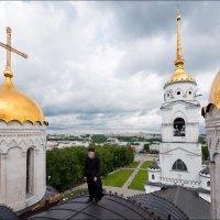 Крыша Успенского собора и отец Николай. :: Георгий Ланчевский