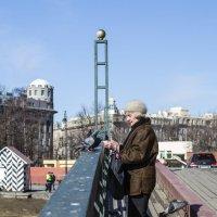 Бабушка и голуби :: Valerii Ivanov