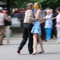 Молодёжь в ритме танца.. :: Валерий Антипов