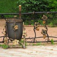 Кованные заборчик и урна в Ботаническом Симферопольском саду :: Marina Timoveewa