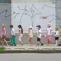 Две хитрые воспитательницы и послушная двадцатичетырёхножка) :: Ирина Сивовол