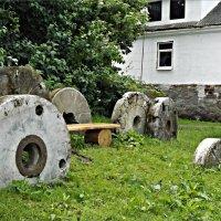 Старинные мельничные жернова. :: Валерия Комова