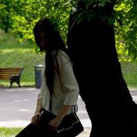 Девушка и дерево :: Наталья Богданова
