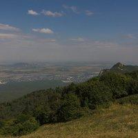 Вид с вершины г. Бештау на г. Бык и окраины г. Железноводска :: Vladimir 070549