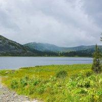 Озеро на перевале :: юрий Амосов