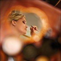 Рисуя картину, художник сверяется с душой, а женщина – с зеркалом :) :: Алексей Латыш