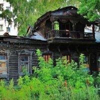 брошенный дом в центре города. :: Вадим Виловатый