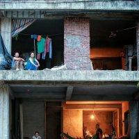 Вот так они и жили, без окон и без дверей в доме по улице Хо Ши Мина 12 :: Roman Mordashev
