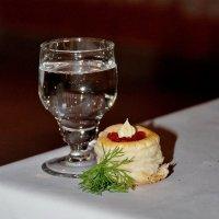 Рюмка водки на столе... :: Николай Варламов