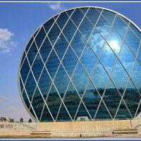 Здание-тарелка в окрестностях Абу-Даби (ОАЭ) :: Евгений Печенин