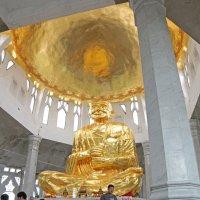 Таиланд. Корат. Внутри храма большая статуя Будды, покрытая золотом :: Владимир Шибинский