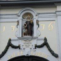 Брюгге. Бегинаж (Beguinage). Ворота на территорию бегинажа датируются 1776 годом :: Елена Павлова (Смолова)