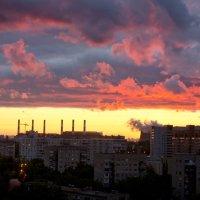 Закат над городом Дзержинский :: Татьяна