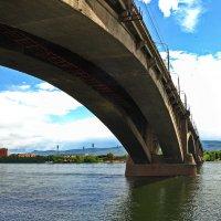 Взгляд ̶и̶з̶ ̶п̶о̶д̶в̶о̶р̶о̶т̶н̶и̶  из под моста в Красноярске. :: Владимир Михайлович Дадочкин
