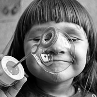 о мыльном пузыре и улыбке... :: Лариса Красноперова