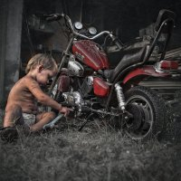 Сын ремонтирует свой байк... :: Kristi Foto