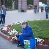 Бабушка и цветы :: Александр Андрианов