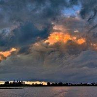 Клубятся тучи на закате :: Валерий Талашов