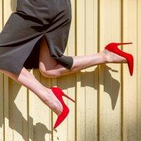 Красные туфли и забор :: Сергей Ржевский