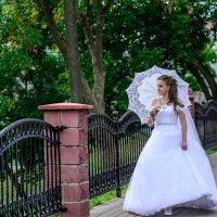 Невеста на прогулке :: Анатолий Клепешнёв