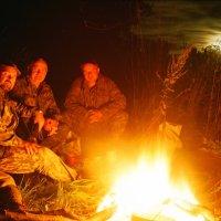 Три охотника у костра :: Олег Романенко