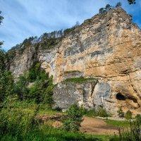 Скала с пещерой :: Любовь Потеряхина