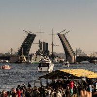 Проводка крейсера Аврора на завод. Проход Дворцового моста. :: Валентин Яруллин