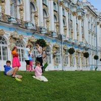 На фоне дворца :: Варвара) Зыкина Елена