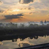 Восход солнца над туманным городом :: Игорь Нокин