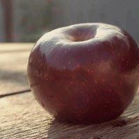 вкусное яблоко :: Анна Череватая
