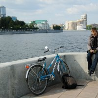 велосипедист на набережной :: Дмитрий Часовитин