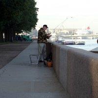 Рыбак рыбачит на набережной. :: Владимир Гилясев