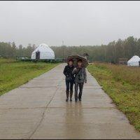 Двое под зонтом. :: Ирина Нафаня