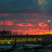 Закат  в Аэропорту :: Юрий Поздников