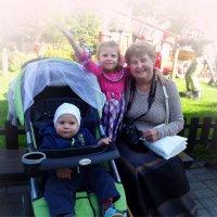 Веселая кампания на лавочке сидит... :: Tatiana Markova
