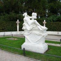 Скромная могила великого монарха - Friedrich der Grosse и рядом чуть скромнее, чем могила самого Фри :: Елена Павлова (Смолова)