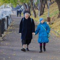 На прогулке с бабушкой :: Дмитрий Сушкин