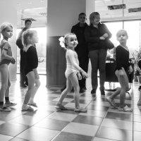 Будущие гимнастки. В спортзал. :: Алексей Окунеев