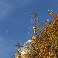 Церковь, осень и луна :: Вера Моисеева
