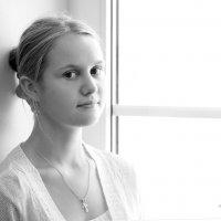 Мария у окна... :: Детский и семейный фотограф Владимир Кот